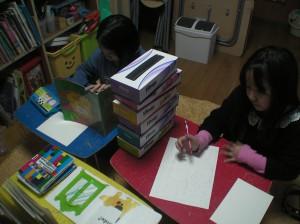 二人の間に積まれた箱。 お互い描き終わるまで、お話の内容は秘密〜(笑)
